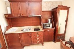 Кухня. Черногория, Булярица : Большой люкс апартамент для 5-6 человек, с гостиной, с 2-мя отдельными спальнями, с балконом с видом на бассейн
