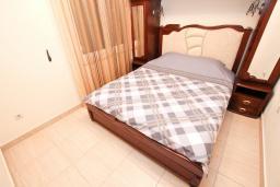 Спальня. Черногория, Булярица : Большой люкс апартамент для 5-6 человек, с гостиной, с 2-мя отдельными спальнями, с балконом с видом на бассейн