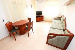 Гостиная. Черногория, Булярица : Люкс апартамент с гостиной, с отдельной спальней, с балконом с видом на горы