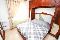 Спальня. Черногория, Булярица : Люкс апартамент с гостиной, с отдельной спальней, с балконом с видом на горы