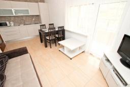 Гостиная. Черногория, Булярица : Апартамент с гостиной, с отдельной спальней, с балконом с видом на горы