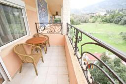 Балкон. Черногория, Булярица : Апартамент с гостиной, с отдельной спальней, с балконом с видом на горы