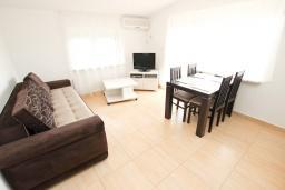 Гостиная. Черногория, Булярица : Апартамент с гостиной, с отдельной спальней, с балконом с видом на море и бассейн