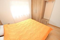 Спальня. Черногория, Булярица : Апартамент с гостиной, с отдельной спальней, с балконом с видом на море и бассейн