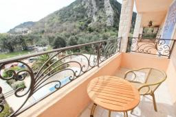 Балкон. Черногория, Булярица : Апартамент с гостиной, с отдельной спальней, с балконом с видом на море и бассейн