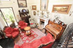 Гостиная. Черногория, Будва : Шикарный дом с гостиной с камином, с 3-мя отдельными спальнями, с 2-мя ванными комнатами, с террасой и балконом, с великолепным садом, с местом для барбекю, Wi-Fi, гараж