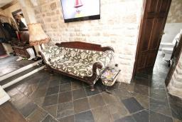 Коридор. Черногория, Будва : Шикарный дом с гостиной с камином, с 3-мя отдельными спальнями, с 2-мя ванными комнатами, с террасой и балконом, с великолепным садом, с местом для барбекю, Wi-Fi, гараж