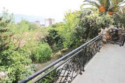 Балкон. Черногория, Будва : Шикарный дом с гостиной с камином, с 3-мя отдельными спальнями, с 2-мя ванными комнатами, с террасой и балконом, с великолепным садом, с местом для барбекю, Wi-Fi, гараж