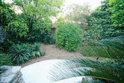 Территория. Черногория, Будва : Шикарный дом с гостиной с камином, с 3-мя отдельными спальнями, с 2-мя ванными комнатами, с террасой и балконом, с великолепным садом, с местом для барбекю, Wi-Fi, гараж