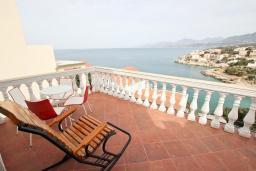 Вид на море. Черногория, Утеха : 3-х этажный дом с 4-мя отдельными спальнями, с 3-мя ванными комнатами, с 2-мя большими террасами с шикарным видом на море, 30 метров до пляжа, с местом для барбекю, с гаражом, Wi-Fi