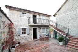 Фасад дома. Черногория, Радовичи : Комплекс из 2-х каменных вилл с большой гостиной, с 4-мя спальнями, с 3-мя ванными комнатами, с большой террасой с местом для барбекю, коноба, 1.2км до моря