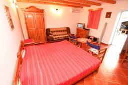 Спальня. Черногория, Радовичи : Комплекс из 2-х каменных вилл с большой гостиной, с 4-мя спальнями, с 3-мя ванными комнатами, с большой террасой с местом для барбекю, коноба, 1.2км до моря