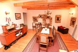 Гостиная. Черногория, Радовичи : Комплекс из 2-х каменных вилл с большой гостиной, с 4-мя спальнями, с 3-мя ванными комнатами, с большой террасой с местом для барбекю, коноба, 1.2км до моря