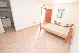 Спальня. Продается 3-х этажный дом в Герцег-Нови, Србина. 200м2, 5 спален, 5 ванных комнат, 2 балкона с шикарным видом на море, большая терраса, до пляжа около 1 км, цена - 415'000 Евро. в Герцег Нови