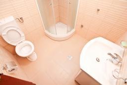 Ванная комната. Продается 3-х этажный дом в Герцег-Нови, Србина. 200м2, 5 спален, 5 ванных комнат, 2 балкона с шикарным видом на море, большая терраса, до пляжа около 1 км, цена - 415'000 Евро. в Герцег Нови