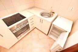 Кухня. Продается 3-х этажный дом в Герцег-Нови, Србина. 200м2, 5 спален, 5 ванных комнат, 2 балкона с шикарным видом на море, большая терраса, до пляжа около 1 км, цена - 415'000 Евро. в Герцег Нови