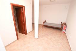 Спальня 2. Продается 3-х этажный дом в Герцег-Нови, Србина. 200м2, 5 спален, 5 ванных комнат, 2 балкона с шикарным видом на море, большая терраса, до пляжа около 1 км, цена - 415'000 Евро. в Герцег Нови