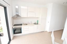 Кухня. Продается квартира в Дженовичи. 93м2, большая гостиная, 2 спальни, 2 ванные комнаты, большая терраса с видом на море, 300 метров до пляжа, цена - 199'500 Евро. в Дженовичи