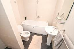 Ванная комната. Продается квартира в Дженовичи. 93м2, большая гостиная, 2 спальни, 2 ванные комнаты, большая терраса с видом на море, 300 метров до пляжа, цена - 199'500 Евро. в Дженовичи