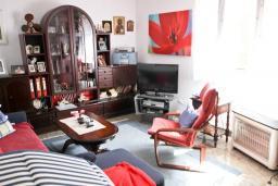 Гостиная. Продается 2-х этажный дом в Будве, Подкошлюн. 120м2, гостиная, 2 спальни, 2 ванные комнаты, балкон и 2 террасы с видом на море, участок 420м2, 2 гаража, 200 метров до пляжа, цена - 566'500 Евро. в Будве