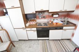 Кухня. Продается 2-х этажный дом в Будве, Подкошлюн. 120м2, гостиная, 2 спальни, 2 ванные комнаты, балкон и 2 террасы с видом на море, участок 420м2, 2 гаража, 200 метров до пляжа, цена - 566'500 Евро. в Будве