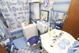 Ванная комната. Продается 2-х этажный дом в Будве, Подкошлюн. 120м2, гостиная, 2 спальни, 2 ванные комнаты, балкон и 2 террасы с видом на море, участок 420м2, 2 гаража, 200 метров до пляжа, цена - 566'500 Евро. в Будве