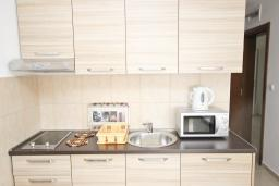 Кухня. Черногория, Петровац : Апартаменты на 5-7 человек, 2 спальни, 2 балкона