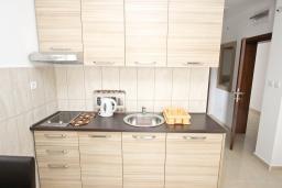 Кухня. Черногория, Петровац : Апартаменты на 2-4 персоны, с отдельной спальней, с балконом