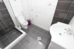 Ванная комната. Черногория, Петровац : Апартаменты на 2-4 персоны, с отдельной спальней, с балконом