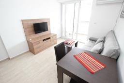 Гостиная. Черногория, Петровац : Апартаменты на 2-4 персоны, с отдельной спальней, с балконом с видом на море