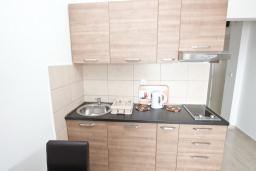 Кухня. Черногория, Петровац : Апартаменты на 2-4 персоны, с отдельной спальней, с балконом с видом на море
