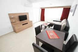 Гостиная. Черногория, Петровац : Апартаменты на 5-7 человек, с большой гостиной, с 2 спальнями, с балконом с видом на море