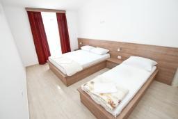 Спальня 2. Черногория, Петровац : Апартаменты на 5-7 человек, с большой гостиной, с 2 спальнями, с балконом с видом на море