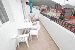 Балкон. Черногория, Петровац : Апартаменты на 5-7 человек, с большой гостиной, с 2 спальнями, с балконом с видом на море