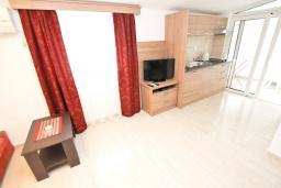 Гостиная. Черногория, Петровац : Апартаменты на 2-3 персоны, с отдельной спальней, с балконом
