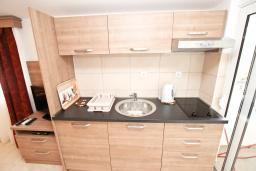 Кухня. Черногория, Петровац : Апартаменты на 2-3 персоны, с отдельной спальней, с балконом