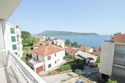 Вид на море. Черногория, Герцег-Нови : Апартамент с отдельной спальней, с балконом с видом на море, 50 метров до пляжа