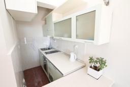 Кухня. Черногория, Герцег-Нови : Апартамент с отдельной спальней, с балконом с видом на море, 50 метров до пляжа