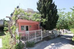 Фасад дома. Черногория, Сутоморе : 2-х этажный дом с большой гостиной, с 3-мя отдельными спальнями, с 2-мя ванными комнатами, с террасой и 2-мя балконами, с местом для барбекю, с зеленым двориком