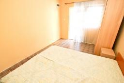 Спальня. Черногория, Сутоморе : 2-х этажный дом с большой гостиной, с 3-мя отдельными спальнями, с 2-мя ванными комнатами, с террасой и 2-мя балконами, с местом для барбекю, с зеленым двориком