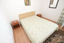 Спальня 2. Черногория, Сутоморе : 2-х этажный дом с большой гостиной, с 3-мя отдельными спальнями, с 2-мя ванными комнатами, с террасой и 2-мя балконами, с местом для барбекю, с зеленым двориком