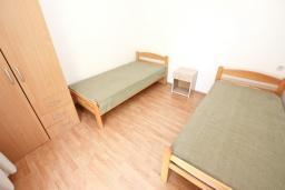 Спальня 3. Черногория, Сутоморе : 2-х этажный дом с большой гостиной, с 3-мя отдельными спальнями, с 2-мя ванными комнатами, с террасой и 2-мя балконами, с местом для барбекю, с зеленым двориком