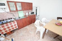 Кухня. Черногория, Сутоморе : 2-х этажный дом с большой гостиной, с 3-мя отдельными спальнями, с 2-мя ванными комнатами, с террасой и 2-мя балконами, с местом для барбекю, с зеленым двориком