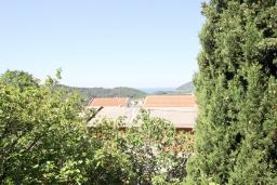 Вид на море. Черногория, Сутоморе : 2-х этажный дом с большой гостиной, с 3-мя отдельными спальнями, с 2-мя ванными комнатами, с террасой и 2-мя балконами, с местом для барбекю, с зеленым двориком