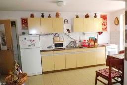 Кухня. Черногория, Утеха : 2-х этажный дом с большой гостиной, с 3-мя отдельными спальнями, с 2-мя ванными комнатами, с местом для барбекю, со столом для пинг-понга, с садом с фруктовыми деревьями, с диваном-качелями и садовой мебелью, с парковочным местом