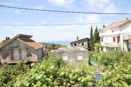 Вид на море. Черногория, Утеха : 2-х этажный дом с большой гостиной, с 3-мя отдельными спальнями, с 2-мя ванными комнатами, с местом для барбекю, со столом для пинг-понга, с садом с фруктовыми деревьями, с диваном-качелями и садовой мебелью, с парковочным местом
