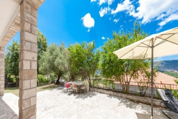 Территория. Черногория, Герцег-Нови : 2-х этажный дом с 2-мя просторными гостиными, с 3-мя отдельными спальнями, с 2-мя ванными комнатами, с бассейном, с большой террасой и балконом, с местом для барбекю, несколько парковочных мест, Wi-Fi