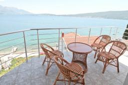 Балкон. Черногория, Биела : Апартамент с отдельной спальней, с балконом с шикарным видом на море, 10 метров до пляжа