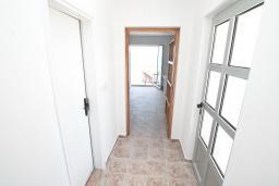 Коридор. Черногория, Биела : Апартамент с отдельной спальней, с балконом с шикарным видом на море, 10 метров до пляжа
