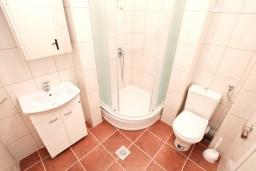 Ванная комната. Черногория, Биела : Апартамент с отдельной спальней, с балконом с шикарным видом на море, 10 метров до пляжа